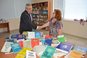 Проф. д-р Никифор Стефанов дари учебници и книги на библиотеката на ВУСИ