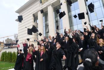 Дипломата за висше образование е гаранция срещу бедност