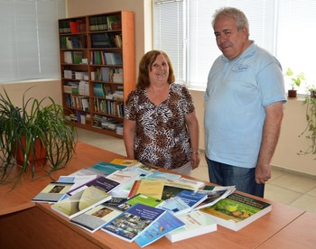 Доц. д-р Теодор Дечев дари учебници и книги на библиотеката на ВУСИ