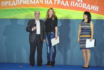 """КИА връчи две парични награди за най-млад участник в конкурса """"Най-добър млад предприемач на гр. Пловдив"""" за 2012 год."""