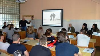 ВУСИ демонстрира техники за самоотбрана пред учениците от Национална търговска гимназия – Пловдив