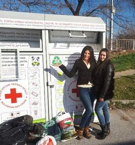 Студентският съвет на ВУСИ предаде използвани дрехи в специални контейнери на БЧК