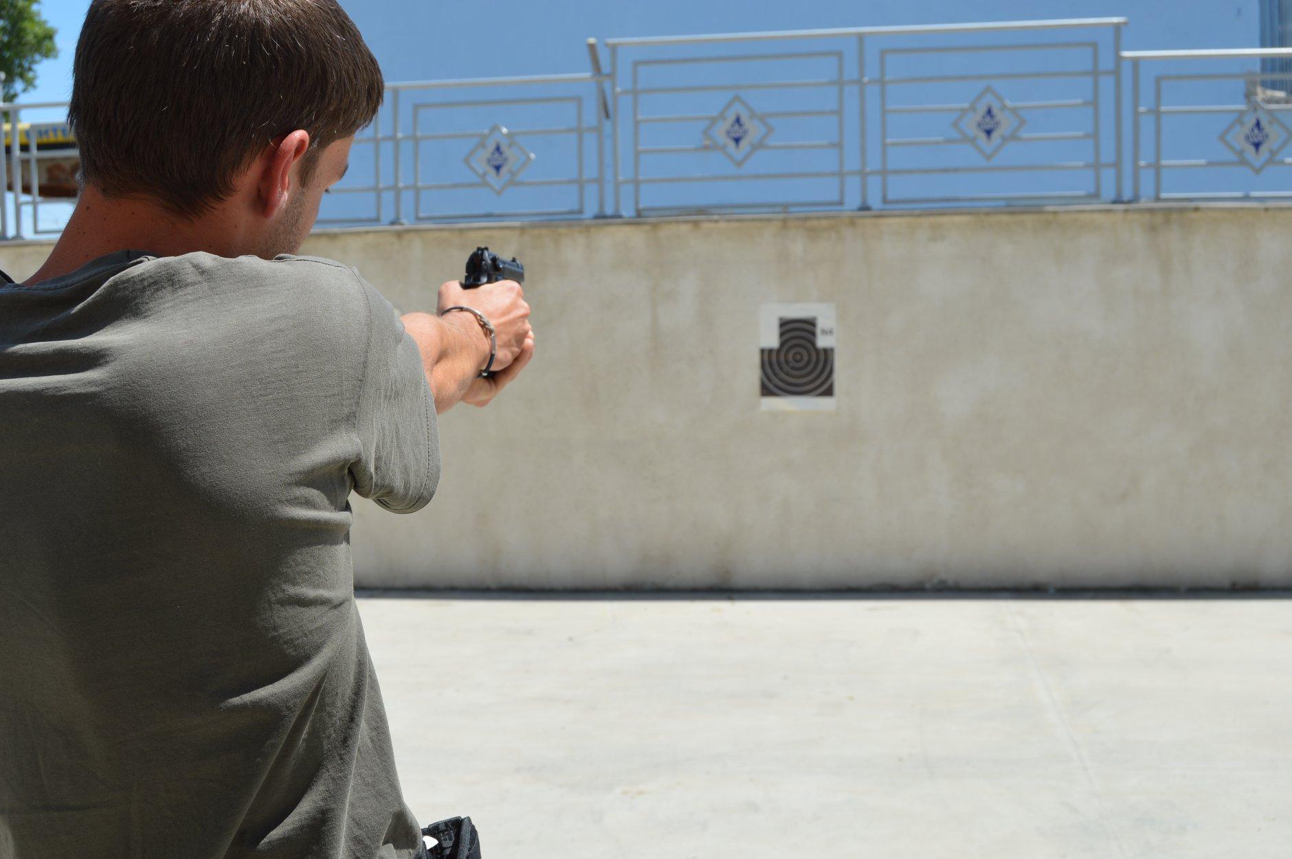 """Практически занятия на студенти от """"Национална сигурност"""" - стрелба с пистолет и охрана 0004"""