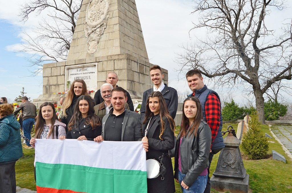 Студенти и служители на ВУСИ поднесоха цветя по случай 142 години от Освобождението на България